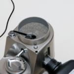 Il pennellino serve per spostare la polvere rimasta sul fondo, moderatamente conico, del serbatoio e farla cadere nella guida di svuotamento