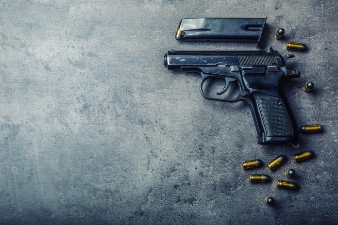 Una pistola 9 mm con caricatore rimosso e dieci proiettili