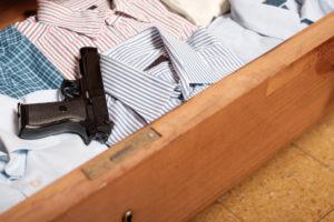 Dopo la separazione dalla moglie, un perugino di 64 anni si è dimenticato la pistola calibro 38 nella vecchia casa: arriva la denuncia per omessa custodia.