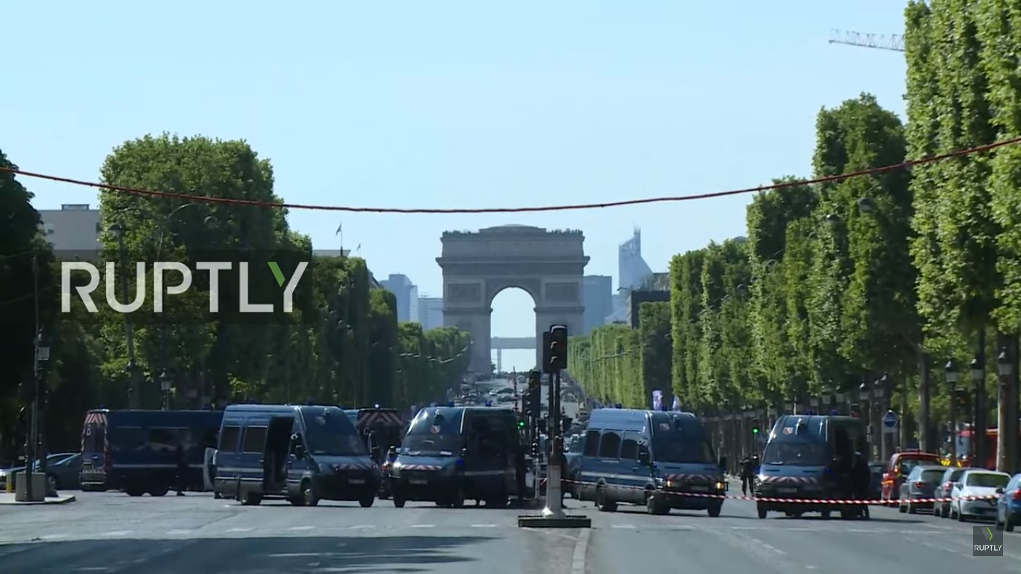 Parigi, auto travolge furgone della polizia sugli Champs-Élysées
