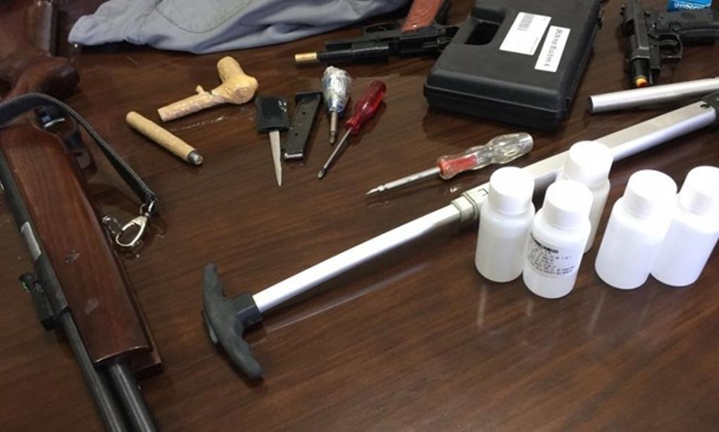 Al Pronto Soccorso con due pistole, coltelli e munizioni: