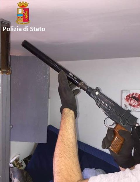 Armi da guerra in un appezzamento di terreno un arresto - Porta pistola da spalla ...