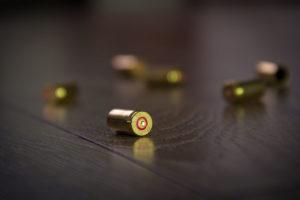 La revoca del porto d'armi può essere disposta anche se il comportamento aggressivo è da imputare a un convivente: la sentenza del Tar della Campania.
