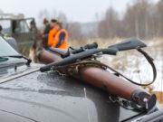 Lascia l'arma sul tettuccio dell'auto e smarrisce il fucile Browning calibro 12: denuncia per omessa custodia di armi per un cacciatore piacentino.