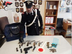 I carabinieri hanno arrestato un cinquantaseienne di Bitonto (BA), ex agente di polizia penitenziaria, ora in pensione, per detenzione illegale di armi.