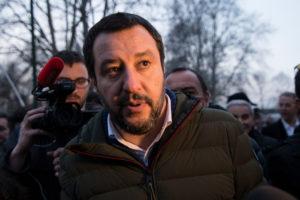 C'è anche la firma di Matteo Salvini, segretario federale della Lega, sotto il documento di impegno pubblico a difesa dei detentori legali di armi, dei tiratori sportivi, dei cacciatori e dei collezionisti di armi preparato dal Comitato Direttiva 477. Il testo del documento è consultabile su armimagazine.it.