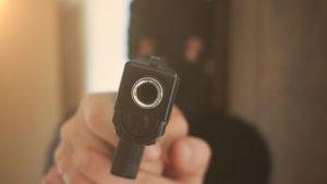 rapinatore mascherato con pistola: bonafede sulla legittima difesa, riforma è priorità