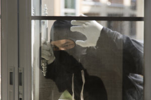 Ladro con passamontagna alla finestra: discussione sulla legittima difesa