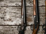 quattro fucili da caccia su pavimento di legno: recepimento della direttiva armi