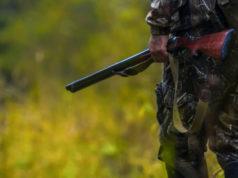 cacciatore con fucile disturbo venatorio