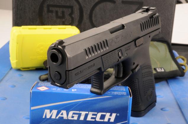 vista frontale pistola a percussore lanciato Cz P-10 C