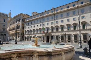Facciata di palazzo Chigi: il governo Conte approva il decreto che attua la Direttiva armi