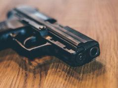 pistola in uso alla polizia tedesca su tavolo di legno