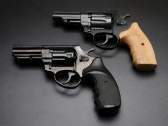un revolver con calcio in legno sopra un revolver con calcio nero: seminario di aggiornamento sulla Direttiva armi