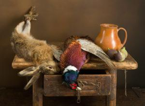 lepre e fagiano cacciati, deposti su tavolo: selvaggina nobile stanziale in Europa