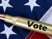 """munizione con scritta """"vote"""" su bandiera americana: studio sulla partecipazione politica dei proprietari di armi"""