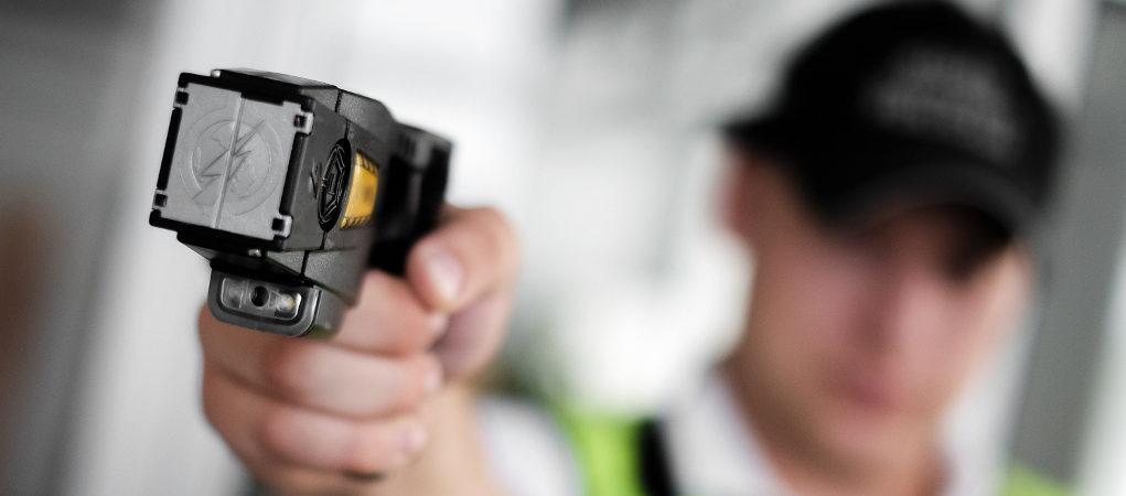 agente di polizia con taser