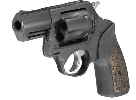 il revolver ruger sp101 .357 magnum visto di tre quarti, da sinistra
