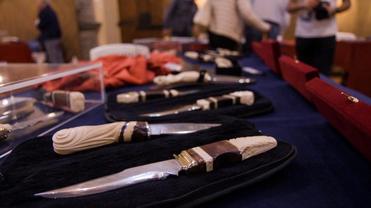 cinque coltelli in primo piano alla mostra mercato del coltello custom di scarperia