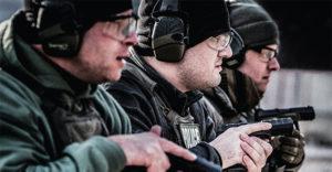 tre tiratori a provare le pistole Beretta