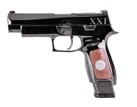 vista laterale dell'arma cerimoniale Sig Sauer M17t
