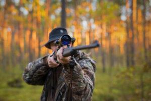 cacciatore imbraccia carabina: niente controllo della fauna selvatica