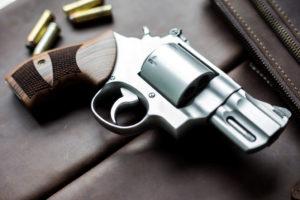 revolver con quattro proiettili, porto d'arma corta