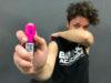 ragazza bono academy insegna come usare lo spray al peperoncino