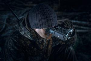 cacciatore che utilizza i visori termici binoculari Pulsar Accolade
