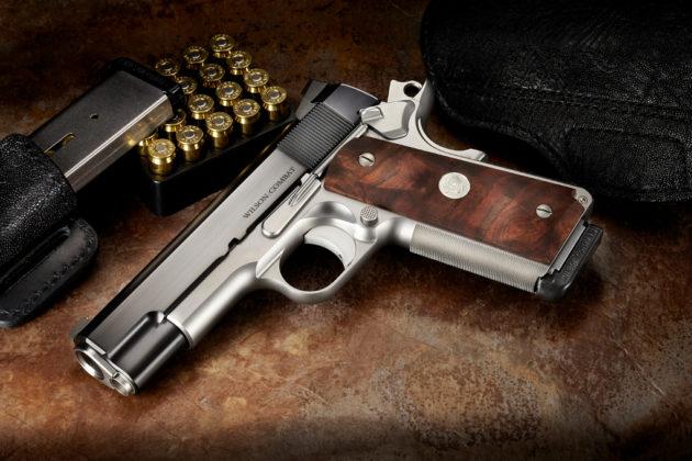 vista destra della pistola di lusso wilson combat super commander special