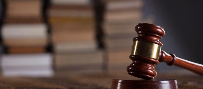 martello del giudice davanti a libreria: la cassazione sulla definizione di parte di arma da sparo