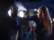 donna utilizza spray al peperoncino contro aggressore