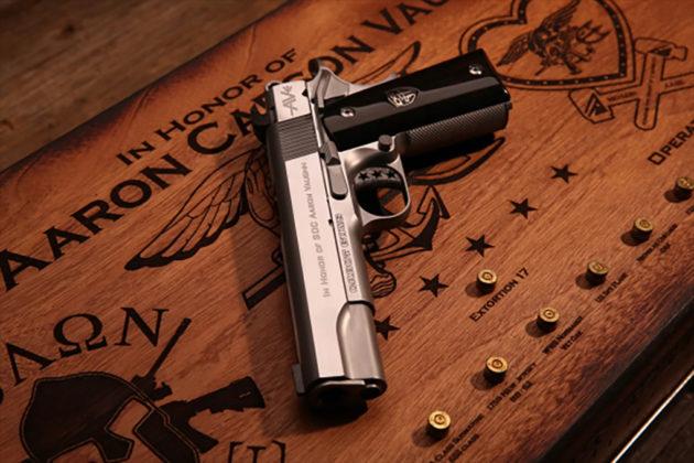 dal basso, pistola custom cabot guns e case, ricordo di aaron vaughn