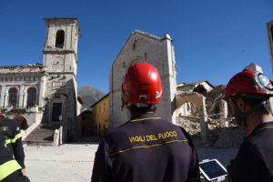 prisco stipendi dei vigili del fuoco: pompieri davanti a chiesa