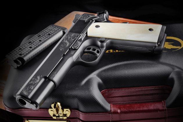 vista frontale della pistola artigianale Nighthawk Custom Vip Black
