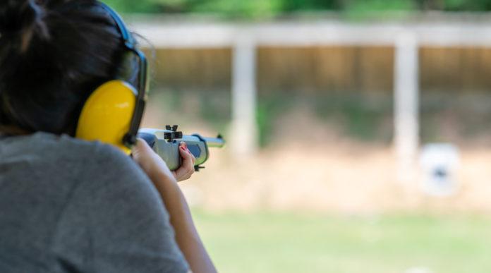 giovane tiratrice al poligono: scuola e sport Uits rinnova Accademia del tiro