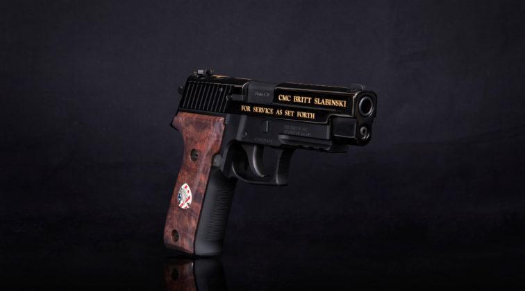 la pistola da collezione sig sauer dedicata a britt slabinski