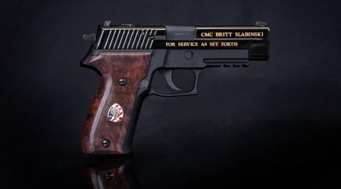 pistola da collezione sig sauer dedicata a britt slabinski