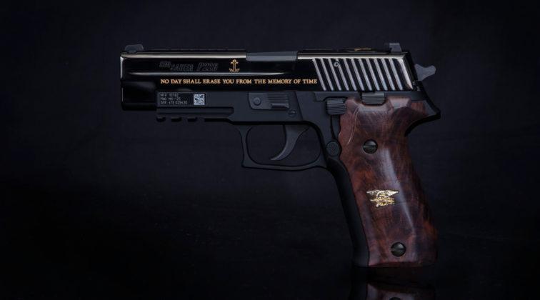 vista sinistra della pistola sig sauer dedicata a britt slabinski