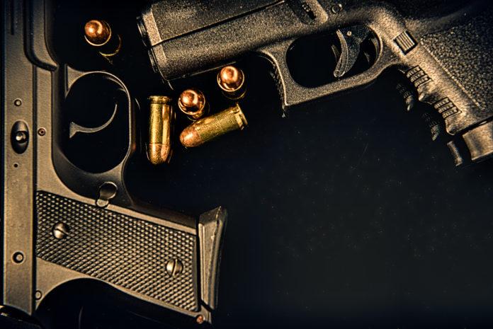 Porto d'armi per difesa agli ufficiali dell'esercito: due pistole e cinque proiettili