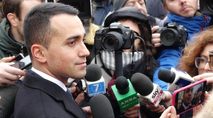 Di Maio pizzica Salvini sulle armi: Di Maio intervistato davanti a microfoni