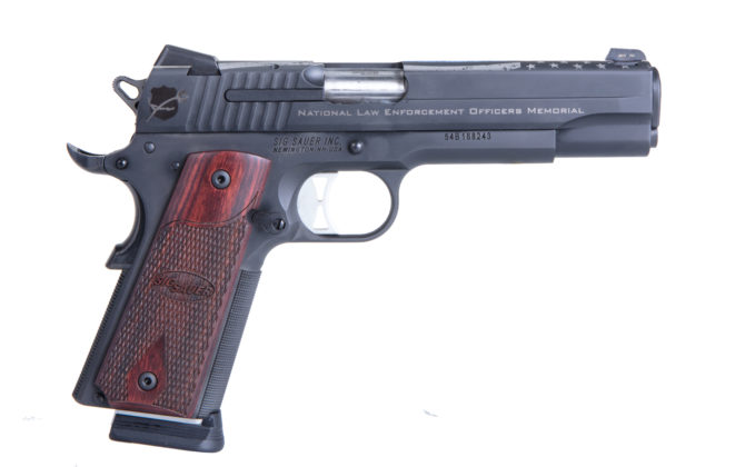 fianco destro della pistola hammer fired sig sauer nleomf 1911 nitron