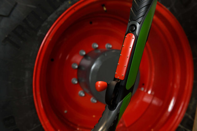 caricatore della carabina sauer & sohn S404 fendt 1015 vario insieme a ruota del trattore a cui si ispira