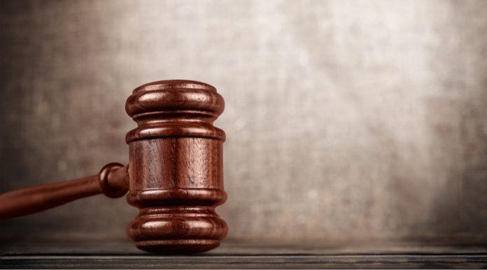 Armi di un defunto non denunciate: il martello del giudice simboleggia la giustizia