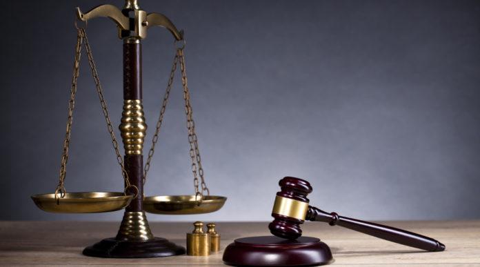 martello del giudice e bilancia simbolo di giustizia: sentenza della cassazione sulla custodia di armi
