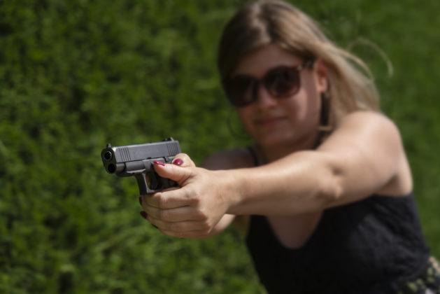 donna impugna la pistola glock g48