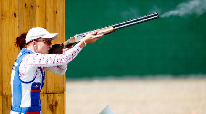 la tiratrice ceca Libuse Jahodova mentre si allena per a gara di skeet: coppa del mondo di tiro a volo