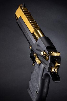 la pistola Black and Titanium Gold Desert Eagle