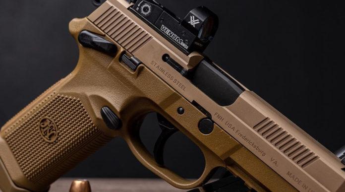 FNX-45 Tactical pistola con ottica