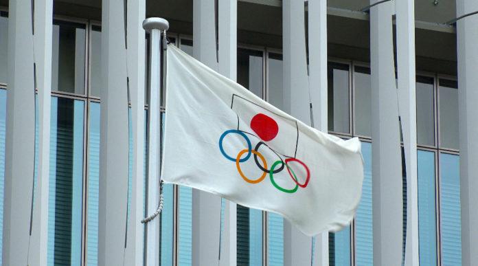 gare di tiro ai giochi olimpici: bandiera con i cinque cerchi e il simbolo del Giappone